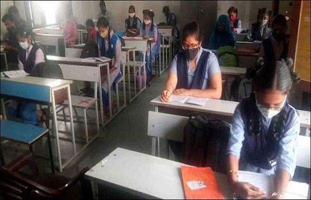 کرونا وائرس نے بھارت میں اسکولوں کو بھی اپنی لپیٹ میں لینا شروع کردیا